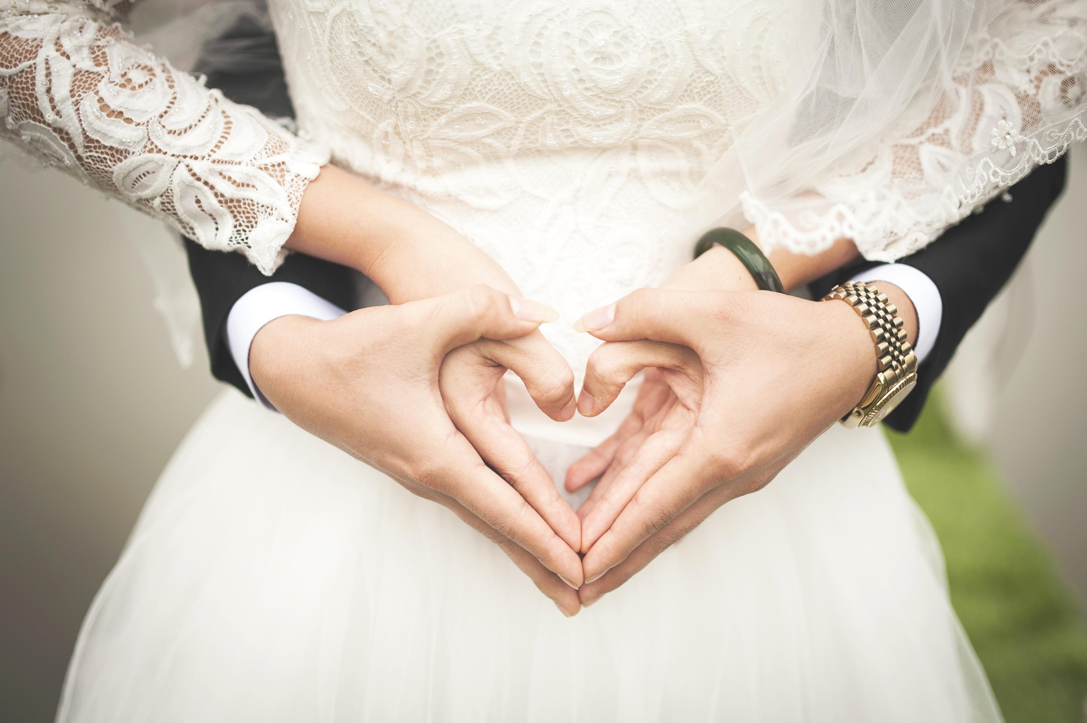 Un photographe livre à des mariés...